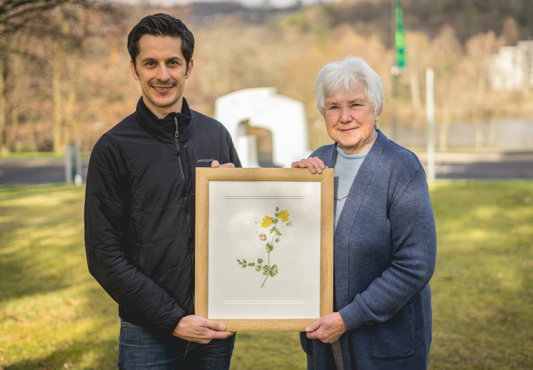 An image of Janet Watson and Dr Mario Vallejo-Marin holding a picture of the Shetland Monkeyflower